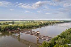 Järnväg Katy Bridge på Boonville över Missouri River fotografering för bildbyråer