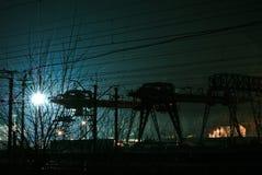 Järnväg kran i natten Arkivbilder