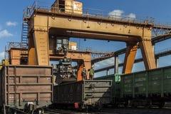 Järnväg last för port som behandlar fraktgården Royaltyfria Foton