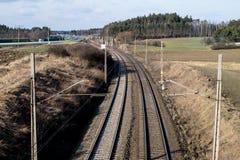 Järnväg linje för drev för snabb stång Järnväg linje och electr Arkivbild