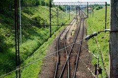 Järnväg linje för drev för snabb stång Järnväg linje och electr Arkivfoto