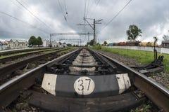 Järnväg linje med dess beståndsdelar, fisheyeeffekt, Ukraina Arkivfoton