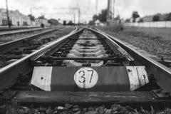 Järnväg linje med dess beståndsdelar, svartvit effekt, Ukraina Royaltyfria Bilder