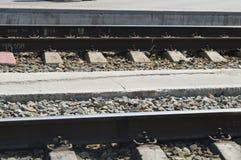 Järnväg linjer för drev med stänger, grus och längsgående stödbjälke arkivfoton