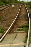 Järnväg linjer försvinner runt om en krökning Royaltyfri Fotografi