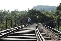 Järnväg med att gå för man Ella Sri Lanka Royaltyfri Bild