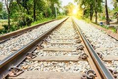 Järnväg med solljus Arkivbild