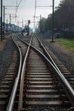 Järnväg med spårströmbrytaren nära en station i Nederländerna royaltyfria foton