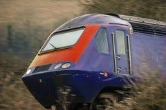 Järnväg motor på hastighet England Förenade kungariket royaltyfria foton