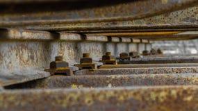 Järnväg muttrar på en rostad järnväg arkivfoton