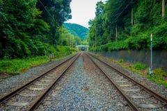Järnväg nära av linje för drev för kabel för Arashiyama bambudunge på den Gora stationen i Hakone, Japan Royaltyfri Foto