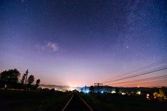Järnväg natt i stjärnklar natt Fotografering för Bildbyråer