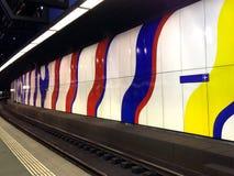 Järnväg- och abstrakt begreppväggkonst på flygplatsen Arkivfoton