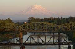 Järnväg- och bilbroar över den Puyallup floden Mt. Rainier Washing Royaltyfri Bild