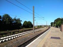 Järnväg och plattform arkivbilder