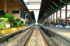 Järnväg på drevstation fotografering för bildbyråer