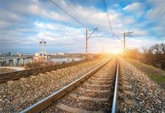 Järnväg på solnedgången Järnvägsstation mot blå molnig himmel Arkivbilder