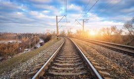 Järnväg på solnedgången Järnvägsstation mot blå molnig himmel Royaltyfri Bild