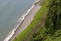 Järnväg på stranden Arkivbild