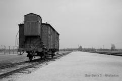 Järnväg plattform med en vagn, lagledare på den Oswiecim koncentrationsläger läser Auschwitz 2 - Birkenau arkivfoto