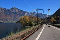 Järnväg plattform på sjön Walensee Royaltyfri Foto