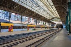 Järnväg Sao Bento, Porto, Portugal för drevstation Arkivbilder