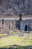 Järnväg, semaforer och tunnel på en järnvägsstation Royaltyfria Bilder