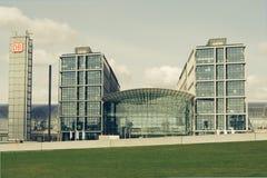 Järnväg station för Deutsche bahn i Berlin, Tyskland Royaltyfri Bild