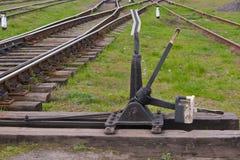 Järnväg strömbrytarepilar för hand arkivfoto
