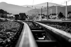 Järnväg till drevstationen i B&W Arkivbild