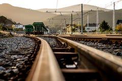 Järnväg till drevstationen i färg Arkivfoton