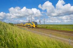 Järnväg till och med naturen i sommar arkivfoton