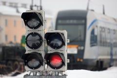 Järnväg trafikljus på bakgrunden av ett modernt drev snälltåget på järnvägsstationen, ska ta till någon världsdel royaltyfri foto