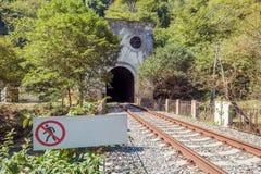 """Järnväg tunnel i berget och tecknet """"ingen ingångs`, Royaltyfri Foto"""
