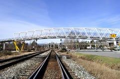 Järnväg under overpassen Royaltyfri Foto