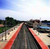 Järnväg under vit och blå himmel royaltyfri bild