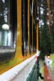 Järnväg vagn under regn Arkivbild