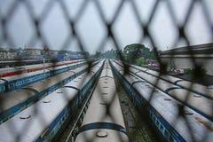 Järnväg vagnar ställde upp bredvid stationen på indiska järnvägar Arkivfoto