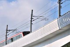 Järnväg viaductbro och drev Arkivbild