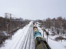 Järnväg vinter, stänger, snö Drevet är på flyttningen Arkivfoton