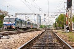 Järnvägar av Zagreb den huvudsakliga stationen - Kroatien. Byggnader i Royaltyfria Bilder
