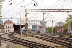 Järnvägar av Zagreb den huvudsakliga stationen - Kroatien. Byggnader i Royaltyfri Foto