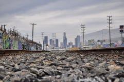 Järnvägar leder alltid till staden arkivfoto