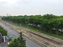 Järnvägar in mot staden Royaltyfri Foto