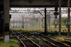 Järnvägar under plattformen Royaltyfria Foton