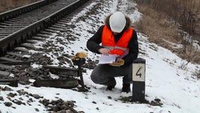 Järnvägarbetare med dokumentation nära järnväg arkivfilmer
