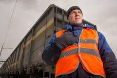 Järnvägarbetare med vagnen på bakgrunden Fotografering för Bildbyråer