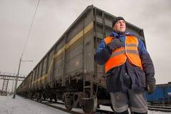 Järnvägarbetare med vagnen på bakgrunden Arkivbilder