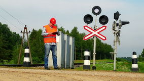 Järnvägarbetare nära signalfyrar Arkivbild