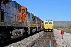 Järnvägbilar och en barlast fifflar Arkivbild